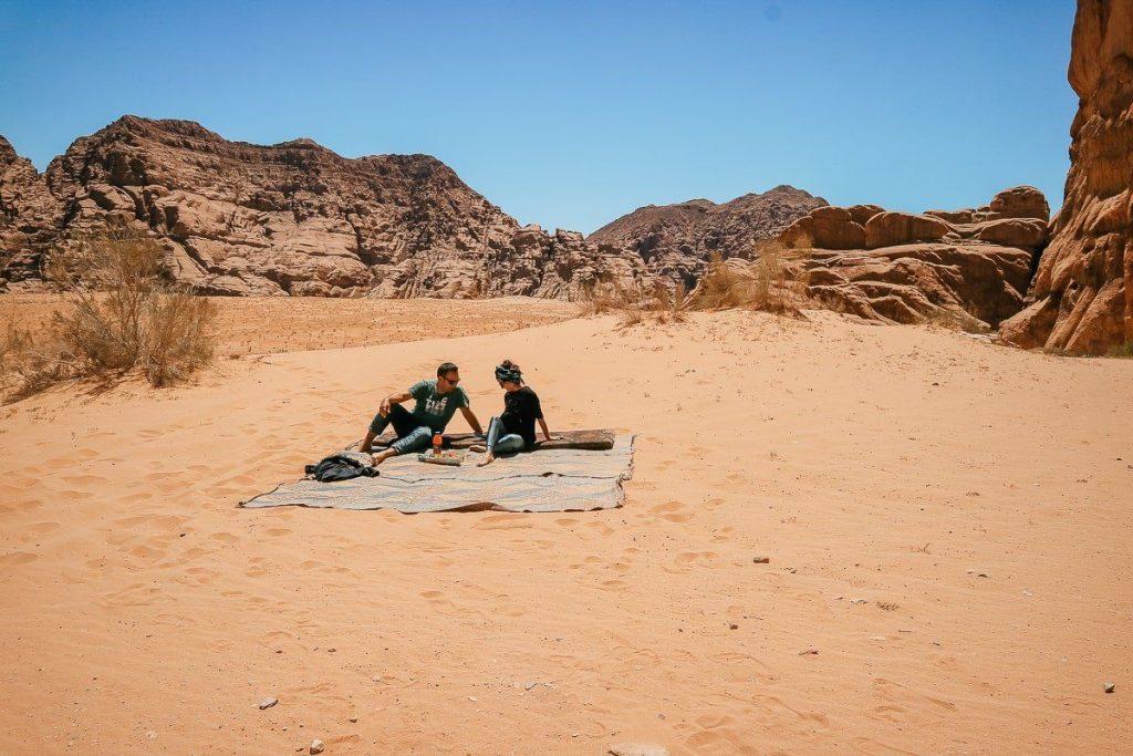 Wadi Rum çölü bedevi öğle yemeği